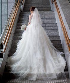 結婚式レポ♡カメラマンさんデータ ・ 定番の階段で。一人のものは、全身とアップ両方撮ってもらいました。パレスの花嫁さんという感じで嬉しかったです。お腹も目立ってないし、よかった! ・ トレーンが長くてふわふわなのがこのドレスの決め手でした。Aライン風のシルエットでパニエ1枚で着ることをお勧めされましたが、ボリュームがどうしても出したくてパニエ2枚に♡ ・ #結婚式レポ #結婚式 #パレスホテル #palacehoteltokyo #葵西 #ウェディングドレス #ハツコエンドウ #かすみ草ブーケ #卒花嫁 #卒花 #マタニティウェディング #妊娠8ヶ月 #30w #お気に入り写真 #カメラマンさんデータ #unison #tmwedding0529