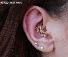 Daith piercing with a yellow gold Azalea from Body Vision Los Angelas. Piercing performed by Westin Michael during a guest spot at Saint Sabrinas. Innenohr Piercing, Daith Piercing Jewelry, Daith Earrings, Septum Piercings, Evil Eye Jewelry, Ear Jewelry, Body Jewelry, Fine Jewelry, Jewellery
