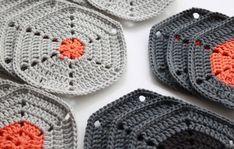 Opskrift på hæklet sekskant / Pattern for crochet hexagon - great colour idea Crochet Potholders, Crochet Blocks, Crochet Squares, Crochet Afghans, Crochet Granny, Crochet Motif, Granny Squares, Love Crochet, Learn To Crochet