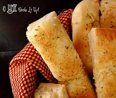 Quick and Easy Breadsticks. The best breadsticks ever. Very quick. recipes fits two PC small bar pans perfect for 1 meal. Homemade Breadsticks, Garlic Breadsticks, Quick Garlic Bread Recipe, Garlic Bread From Scratch, I Love Food, Good Food, Yummy Food, Wendy's Food, Side Dishes