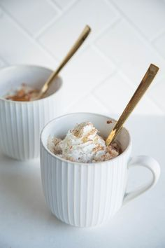 Easy Rice Pudding in a Mug Recipe. Mug Recipes are the quick and simple way to make a DELICIOUS dessert in your microwave! This is a great way to use up leftover cooked rice. (Mug Recipes) Mug Dessert Recipes, Rice Recipes For Dinner, Köstliche Desserts, Pudding Recipes, Delicious Desserts, Individual Desserts, Plated Desserts, Pudding In A Mug, Easy Rice Pudding
