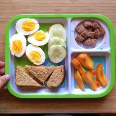 Ideas para el desayuno +12 meses Huevitos + rueditas de pepino + sanduchitos de queso + durazno + cereal. No te guíes por la cantidad sino por la variedad de alimentos y la calidad de los mismos que ofreces a tu bebé. Cada niño/a come según sus requerimientos, por ejemplo: Kael es un niño que ama correr, es sumamente activado y está siempre en constante movimiento. Por esta razón podría comerse este plato, pero no siempre es así. Algunos días come 5 veces, otros días solo come 2-3 veces...