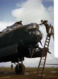 An armourer cleans the Brownings in the front turret of Avro Lancaster of No. 44 Squadron while another member of the ground crew cleans the cockpit windows, Waddington, October 1942 Ww2 Aircraft, Military Aircraft, Military Jets, Gi Joe, Image Avion, Lancaster Bomber, Ww2 Planes, Royal Air Force, Nose Art