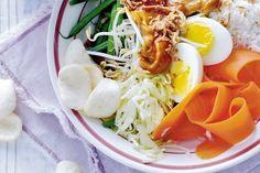 Deze klassieker is een heerlijke mengelmoes van veel verse groente, ei en satésaus - Recept - Gadogado met rijst - Allerhande