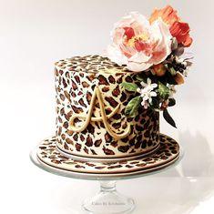 Hand painted leopard print birthday cake with sugar flowers Cheetah Birthday Cakes, Leopard Birthday Parties, 14th Birthday Cakes, 40th Cake, Cheetah Print Wedding, Cheetah Print Cakes, Leopard Cake, Leopard Print Party, Torta Animal Print