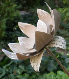 RECYCLE WEEK- recycling paper: paper towel roll flowers—tutorial - crafts ideas - crafts for kids Toilet Roll Craft, Toilet Paper Roll Art, Toilet Paper Roll Crafts, Paper Crafts For Kids, Cardboard Crafts, Cardboard Playhouse, Handmade Flowers, Diy Flowers, Fabric Flowers