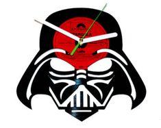 Decoración de la pared Star wars. Reloj de vinilo de la estrella de la muerte. Idea de regalo para los fans de star wars.  Reloj de pared reciclado de ningún disco de vinilo olvidado jugables trajo a la vida en una nueva forma interesante. La fuerza esté con vosotros!  Encontrar más artículos de star wars:  Halcón: https://www.etsy.com/listing/227337395/vinyl-clock-millenium-falconstar-wars?ref=related-2 Yoda…