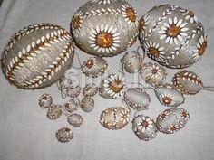 Rankų darbo velykiniai kiaušiniai iš gintaro ir siūlų