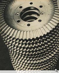 Getrieberäder, 1929. Silbergelatine-Abzug, Vintage, 28,8 x 23 cm; Privatsammlung. © Rodtschenkos Archiv / 2011, ProLitteris, Zürich