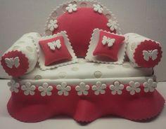 Pequeño sofá hecho de goma eva. El asiento se sube y sirve como cajita o joyero. Es personalizable (colores y combinaciones.