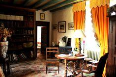 La Chambre Camp du Drap d'Or où sont parsemés des objets anciens en tout genre. Ce n'est pas pour rien qu'on l'appelle Cabinet de curiosités!  #ChambreDHotesAnjou #ChambresDhotesCharme #LoireValley #ChateauLoireValley #ViedeChateau #FrenchTouch