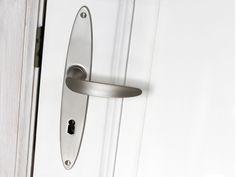 """http://www.cala-beschlaege.de/product_info.php?products_id=100&sub_id_index=107 Türdrücker, Kombination aus Türgriff """"Arrakis"""" mit Langschild """"Maia Pordo"""". Hier in der Ausführung Matt vernickelt. Maia Pordo ist ein schlichtes, elegantes Ovalschild – passend hierzu gibt es bei den Fensterbeschlägen die Rosette """"Maia"""" als Pendant. Für einen einheitlichen Look Ihrer Tür- und Fensterbeschläge. #Tuergriff #Beschlaege #Doorhandle"""