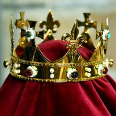 A new crown fit for a king has been completed for the reburial of Richard III. The 15th-century style crown, which has taken 15 months to construct, is plated with gold and set with enamelled white roses, garnets, sapphires and pearls. The crown has been made by medieval jewellery expert George Easton and was designed by Richard III Society member John Ashdown-Hill, who also financed the project.