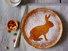 Easter cake belongs to Easter as the chocolate bunny Easter basket. For that breezy vanilla-milk-rice on sweet short crust pastry and apricot confit baking. Brunch, Vanilla Milk, Chocolate Bunny, Easter Baskets, Easter Bunny, Easter Cake, Hummus, Decorative Plates, Food And Drink