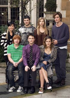 Harry Potter and the goblet of fire Heroes. Daniel radcliffe looks so awkward seriously Fans D'harry Potter, Theme Harry Potter, Harry Potter Cast, Harry Potter Love, Harry Potter Fandom, Harry Potter Universal, Harry Potter Memes, Harry Potter World, Harry Potter Converse