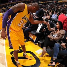 Kobe Bryant and his work before game. Kobe Bryant Family, Kobe Bryant 8, Kobe Bryant Pictures, Kobe Mamba, Vanessa Bryant, Kobe Bryant Black Mamba, American Sports, Nba Players, Los Angeles Lakers