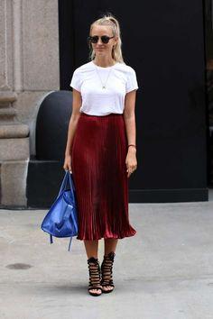 T-shrirt branca, saia plissada de cetim vermelha, sandália tançada