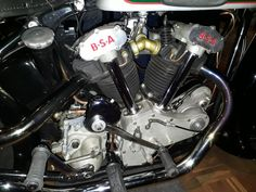 Classic Motorcycle, Motorcycle Engine, Classic Bikes, Cool Motorcycles, Triumph Motorcycles, Bike Engine, Bmw Cafe Racer, Engine Block, Trumpets