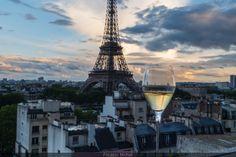 Depuis le 1er juin 2019, le Shangri-La Hotel Paris, en collaboration avec une célèbre Maison de Champagne, vous attend sur une terrasse à ciel ouvert des plus prestigieuses, sur laquelle vous pouvez siroter une coupette accompagnée de bouchées exclusives. Avis aux amateurs de bulles !  #Hôtel #Paris #Bar #ShangriLa #TourEiffel #idée #sortie #sortir #sortiraparis Hotel Paris, Paris Hotels, Shangri La, Palaces, Tour Eiffel, Paris Skyline, Bar, Cheers, Travel