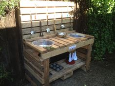 If you have a small yard or lawn then you can make this small recycled pallet mud kitchen to place there. The recycled pallets are weather resistant so your pallet mud kitchen will not be affected. Outdoor Play Areas, Outdoor Fun, Outdoor Pallet, Palet Exterior, Patio, Backyard, Toddler Rocking Chair, Pallet Furniture, Pallet Desk