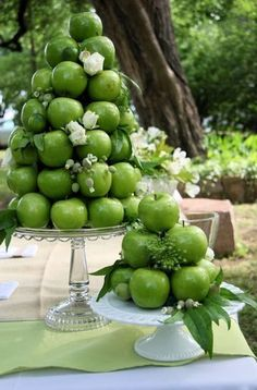 Green apples as centerpieces - such a great idea! #wedding #fallwedding #autumn #diywedding #centerpiece