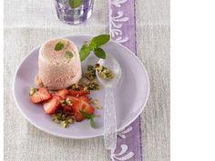 Rhabarber-Parfait mit Erdbeercarpaccio und süßem Pesto #rgabarber #rhubarb #strawberry #erdbeeren #carpaccio