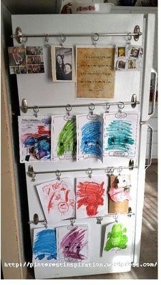 Coloque unas varillas de cortina de baño con sus aros a un lado del refrigerador para hacer una sencilla galería de arte infantil.   37 maneras inteligentes de cómo los ganchos pueden organizar todo tu vida