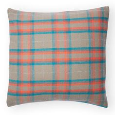 Crafted in tartan plaid, this pillow case looks equally at home in a wide array of decors, from traditional to modern.