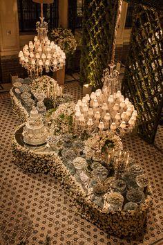 """Mesa de doces com """"toalha"""" de flores - casamento ( Decoração floral: André Pedrotti   Foto: Helson Gomes )"""