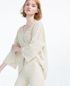 Image 1 de T-SHIRT DÉCOLLETÉ EN V de Zara