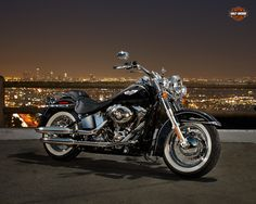 Softail Deluxe, roaring of the pure nostalgic beauty. Feast your eyes on the Twin Cam 103™ engine and there's no mistaking its roots.