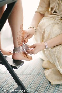 Women anklets the perfect method to take jewelry compilation to another stage. Silver Anklets, Beaded Anklets, Indian Wedding Jewelry, Bridal Jewelry, Gold Jewelry, Antique Jewellery Designs, Fancy Jewellery, Indian Wedding Couple Photography, Anklet Designs