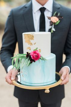 Beautiful sky-blue and vintage gold cake. Perfect for a lakeside wedding Dream Wedding Dresses, Designer Wedding Dresses, Black Tux Wedding, Bohemian Cake, Organza Bridal, Lakeside Wedding, Gold Cake, Pretty Cakes, Cake Toppers