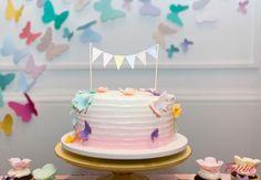Que tal decorar o aniversário da sua filha com delicadas borboletas? Confira fotos de uma charmosa festinha!