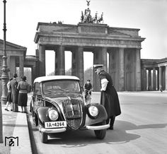 1938 Verkehrskontrolle am Brandenburger Tor in Berlin