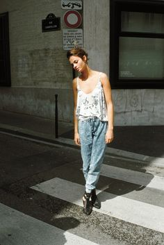 7 Street Style Ways to Rock the Jogger Pants Trend . Looks Street Style, Looks Style, Style Me, All Jeans, Loose Jeans, Vogue, Ootd, Glamour, Facon