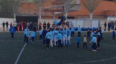 Manteo del entrenador de U. D. La Fuente, Manolo Delgado, al final del partido. Los chicos celebran así su ascenso a Preferente.