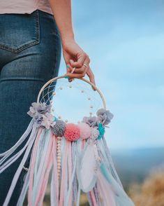 Dream Catcher Decor, Deco Kids, Diy Baby Gifts, Pom Pom Crafts, Macrame Projects, Crochet Round, Boho Diy, Diy Home Crafts, Diy Art