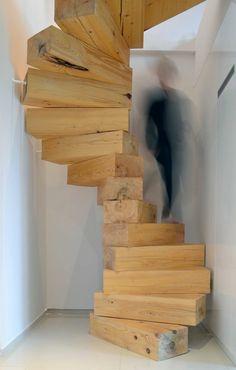 quel escalier tournant en bois clair choisir pour le couloir