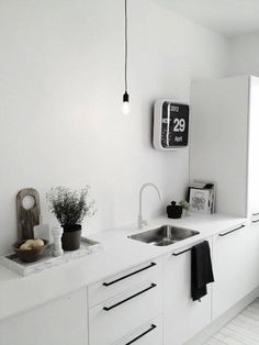 A very nice scandinavian kitchen. Marble tray from Hay New Kitchen, Kitchen Dining, Kitchen Decor, Kitchen Styling, Kitchen Tiles, Kitchen Storage, Dining Rooms, Black Kitchens, Home Kitchens