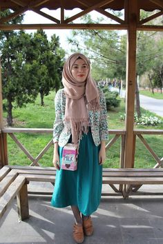 Vintagonista: Spring is in the air! vintage outfit: h and m blazer, turquoise midi skirt, milk carton bag, hijab