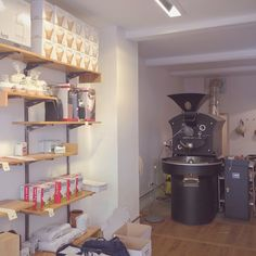 This is where the roasting magic happens in Paris: @cafesbelleville. (hier: Belleville Brulerie - Paris)
