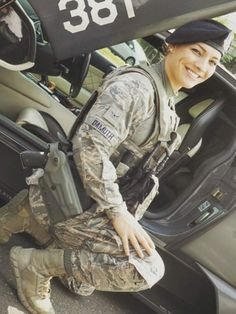 Who doesn't love a woman in battle dress? Here you'll find of the internets sexiest women camoed up & dressed to kill! Military Women, Military History, Military Girl, Military Jacket, Amazing Women, Beautiful Women, Battle Dress, Female Soldier, Dressed To Kill