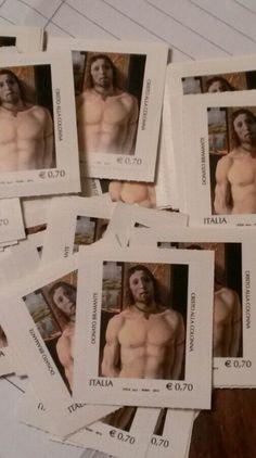 Dona francobolli ai detenuti per poter spedire le lettere.Unico mezzo di comunicazione con l'esterno