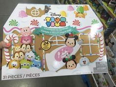 The new 2016 Disney Tsum Tsum Advent Calendar by Jakks Pacific has started to appear. The new Tsum Tsum Collectible was discovered by DisneyTsumTsum.com reporter Jenn Brunning-Turano (@TsumTsumJenn). Centered around the Holiday theme, the calendar features 6 Small, Medium and Large figures, 6 Holi