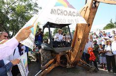 Se invertirán 8 mdp en la obra que beneficiará a la región de Tierra Caliente, informó el gobernador de Michoacán, quien además entregó 100 mil pesos del Programa de Empleo ...