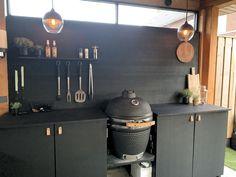 Outdoor Kitchen Matt Black / Buiten Keuken Mat Zwart - Lilly is Love Backyard Sheds, Backyard Patio, Backyard Landscaping, Küchen Design, Patio Design, Küchen In U Form, Kamado Grill, Bbq Area, Outdoor Kitchen Design