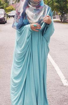 Every time I look at hijab or abayas and come across this, I just love it.  I want to try to make one like it.