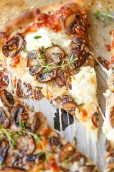 White Mushroom Pizza – The BEST pizza for all cheese and mushroom lovers! Loaded… White Mushroom Pizza – The BEST pizza for all cheese and mushroom lovers! Loaded with 2 types of cheese and garlic herb sautéed mushrooms! Pizza Hamburger, Pizza Legume, Vegetarian Recipes, Cooking Recipes, Skillet Recipes, Paleo Food, Cooking Tools, Cooking Ideas, Sandwiches