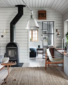 A Swedish summerhouse with light grey wooden walls and industrial glass door - Wohnkultur skandinavisch Scandinavian Cottage, Swedish Cottage, Swedish Decor, Swedish House, Cottage Chic, Swedish Interior Design, Swedish Interiors, Cottage Interiors, Summer House Interiors